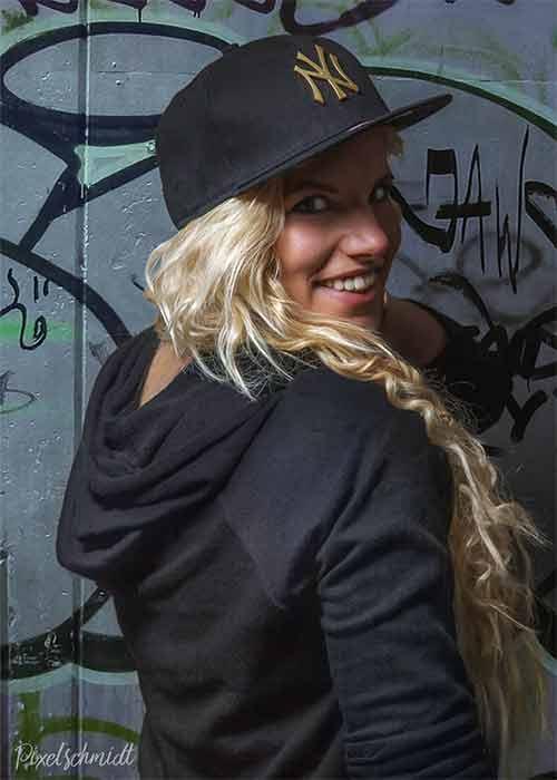 Nicci vor der Graffitiwand